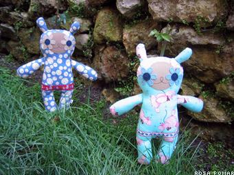 bonecos no jardim
