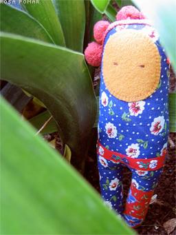 boneca no jardim